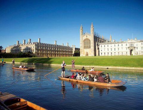 """<p>No se puede hablar de <a href=""""http://www.cam.ac.uk"""" target=""""_blank"""">Cambridge</a> sin pensar en su universidad, sinónimo de tradición, privilegio e historia –es la segunda más antigua de habla inglesa, después de Oxford–. Tendrás que decidirte por cuál de sus 31 colleges te gustaría empezar, aunque no fallan los archifamosos Trinity –uno de los más exclusivos–, donde estudió Isaac Newton; el Corpus Christi o el King's College, con su impresionante capilla gótica. Se pueden visitar casi todo el año, aunque a veces es necesario reservar o pagar una entrada. Serás afortunado si coincides con alguno de los eventos deportivos –rugby, remo…– que los estudiantes juegan contra su eterna rival, Oxford.</p>"""