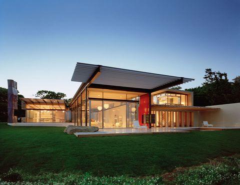 <p>El arquitecto James Biber firma el diseño de esta moderna casa, valorada en 19,5 millones de dólares. Está construida en una parcela de cuatro hectáreas, frente a la playa de Montauk, en Nueva York.</p>