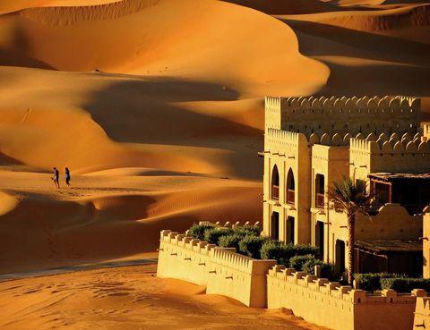 """<p> Este resort en medio del desierto de Liwa está lleno de embrujo. Con solo echar un vistazo a la imagen te darás cuenta de que vas a pasar a otra dimensión. Dunas kilométricas, paseos en dromedario o rutas en 4x4 te aguardan. La aridez del exterior se olvida al entrar en este oasis donde reina el lujo de forma superlativa. Prueba la Desert Romance (530 euros), un paquete para parejas que ofrece dos noches, desayunos bufé, una cena en medio del desierto, botella de vino espumoso y chocolates a tu llegada, late check out y 20 por ciento en los tratamientos de su spa, a base de arena desértica. <br /><strong><a href=""""http://www.anantara.com"""" target=""""_blank"""">Qasr Al Sarab.</a> Hameem. Abu Dhabi (Emiratos Árabes Unidos). Tél. 971 28 86 20 88.&nbsp;</strong></p>"""