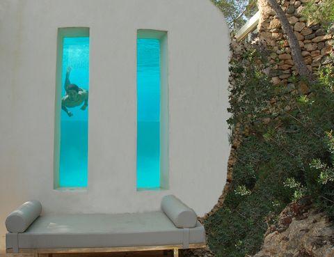 <p>Situada al sur de la isla, es frecuentemente ocupada por celebrities. La piscina tiene dos originales ventanas que dan al exterior, así que podrás ver a tus amigos bucear mientras estás en el jardín. Dispone de ocho habitaciones.</p>