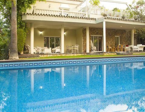 """<p>Se llama <a href=""""http://www.booking.com/hotel/es/villa-con-jardines.es.html"""" target=""""_blank"""">Villa con Jardines</a> y el nombre no podría ser más apropiado. Sus frondosos jardines garantizan frescor inmediato y sombrita, algo ideal para combatir el calor gaditano. Está a algo más de 4 km de Valdelagrana ya 2,4 km de la plata de la Puntilla. Cuenta con wi-fi gratuito, una cocina que parece sacada de una película, aparcamiento propio, barbacoa, algunos toques de diseño bastante aceptables y seis dormitorios (la capacidad máxima de la casa es de 12 personas).</p>"""