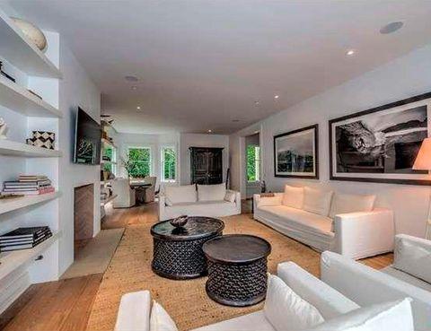 <p>En tonos blancos y negros, contrasta con la arquitectura de la casa, de estilo victoriano.</p>