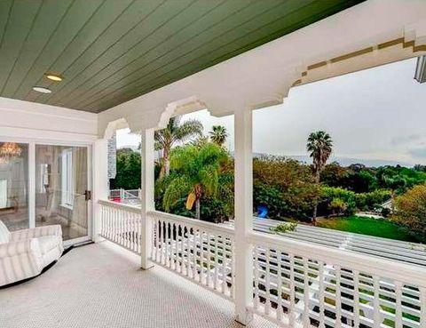 <p>Desde el porche puede contemplarse el inmenso terreno que rodea la casa, con una superficie de 4.000 m2.</p>