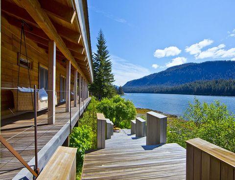 """<p>Ubicado en Alaska, entre Juneau y Sitka, este complejo residencial sólo es accesible en barca o avioneta. Un auténtico santuario de flora y fauna con una zona de casi un kilómetro de acceso directo al agua desde las cabañas y apartamentos.<br /><a href=""""http://www.elledecor.com/design-decorate/house-interiors/g2524/incredible-alaskan-wilderness-retreat-for-sale/"""" target=""""_blank"""">Un tour completo por este espectacular refugio.</a></p>"""
