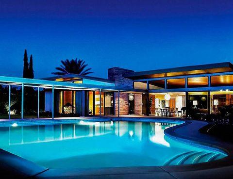 """<p>De estética <i>mid-century</i> y con una impresionante piscina, el cantante y actor encargó la construcción de esta villa en el año 47 al arquitecto Stewart Williams. Situada en Palm Springs, cuenta con 4 dormitorios y 6 baños. ¿Su precio? 2.273 €/noche, en <a href=""""http://luxury.homeaway.com/vacation-rental/p3586233?CID=a_cj_7689441&utm_source=cj&utm_medium=affiliates&utm_content=7689441&utm_campaign=10859031_skim74968X1525076X7348b27749cbd48ccade8fefe412e9f0#summary"""" title=""""Homeaway"""" target=""""_blank"""">Homeaway</a>.</p>"""