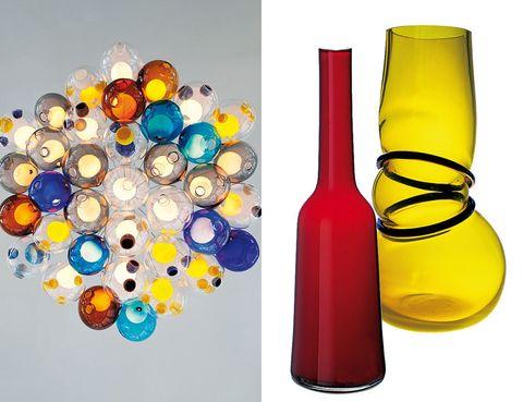 <p>Sigue asciendo, para iluminar todos los ambientes y rincones de nuestra casa, el cristal, que pierde las formas clásicas y se despliega en un arcoíris de colores. Arriba: lámpara Serie 57, de Omer Arbel para <strong>Bocci,</strong> que se edita en distintas combinaciones. Jarrón rojo púrpura Neck, de <strong>Villeroy&Boch,</strong> un mix de tradición y modernidad y, en amarillo, el sensual Double Ring, cristal de vidrio soplado de la firma francesa <strong>Vanessa Mitrani.</strong></p>