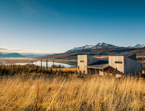"""<p>Esta casa en Islandia, alquilada por Airbnb, está situada cerca de la ciudad de Akureyri. Durante el verano se puede disfrutar del sol de medianoche, y en invierno, de las auroras boreales.<br /><a href=""""http://www.elledecor.com/life-culture/travel/g2574/luxury-airbnb-rentals/"""" target=""""_blank"""">Descubre otras casas asombrosas de Airbnb.</a></p>"""