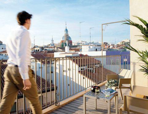"""<p>Duerme en uno de estos apartamentos madrileños, de 2 o 3 dormitorios (a partir de 92 euros), y te sentirás como en casa. Son 17 espacios muy funcionales, distribuidos en una finca histórica del centro, estratégicamente situada entre la Puerta del Sol y la Plaza de España, próximo al barrio de Malasaña y a la Gran Vía. No te pierdas los preciosos áticos, hasta para 6 personas, con una enorme terraza hacia los tejados capitalinos.<br /><strong><a href=""""http://www.ericvokel.com"""" target=""""_blank"""">Erik Vökel Madrid</a> Suites.</strong> San Bernardo, 61. Madrid. Tél. 93 433 46 31.</p>"""