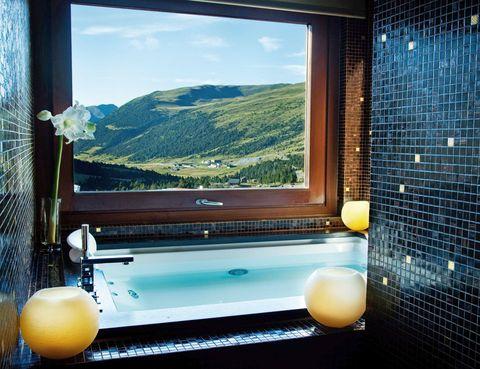"""<p>Dormirás (desde 136 euros) en lo que solemos llamar un lugar remoto. El Grau Roig, a más de 2.000 m de altura, se asienta a pie de una de las mejores pistas andorranas. Los esquiadores van a disfrutar de lo lindo con una escapada a su medida. Por 295 euros por persona, te obsequiarán con un detalle de bienvenida, dormirás dos noches y desayunarás en un bufé, disfrutarás de dos almuerzos o cenas en el restaurante La Marmita, accederás libremente al spa, tendrás wifi gratuito y servicio de guardería durante 8 horas, así como doble forfait en la estación de esquí Grandvalira.</p><p><a href=""""http://www.hotelgrauroig.com"""" target=""""_blank"""">Hotel Grau Roig.</a> Grau Roig, s/n. Andorra.&nbsp&#x3B;Tél.&nbsp&#x3B;376 75 55 56.</p><p>&nbsp&#x3B;</p>"""