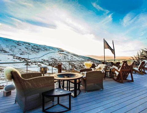 """<p>Arranca en diciembre la nueva temporada del El Lodge Ski &amp; Lodge Resort, un refugio de montaña en el que cada rincón te ofrece una experiencia única. ¿Te imaginas compartir dos de tus pasiones? Este hospedaje se alía con Marbella Club para ofrecerte un paquete con alojamiento, desayuno, traslado y un green fee, por persona y estancia, en el Marbella Club Golf Resort (a partir de 455 euros).&nbsp;</p><p>El resort está construido con madera finlandesa y fue decorado por el premiado interiorista británico Andrew Martin. Tiene 18 cuartos, todos espaciosos y algunos pensados para viajar en familia, cuenta con spa y un equipadísimo club infantil, donde está previsto que los niños se diviertan mientras sus progenitores se deslizan por alguna de las 45 pistas del dominio. El hotel se encuentra a menos de 50 metros del telesilla del Parador 1, así que podrás apuntarte a clases de esquí o snowboard, y también alquilar el material que necesites, cualquiera que sea tu nivel.</p><p>Hay detallazos que te van a encantar, como que te calienten las botas a pie de pista o dispongas de calzado après-ski a medida, entre descenso y descenso. Es genial que, tras una dura jornada sorteando los desniveles de las cumbres de Sierra Nevada, puedas bañarte en una piscina climatizada al aire libre, probar el jacuzzi y el hammam o tomar el sol en la Suite Nevada Terraza. Es un chill out desde el que se dominan las pistas de Maribel y Águila, mientras te tomas un cóctel (desde 12 euros) o degustas una exquisita raclette de queso (14 euros).</p><p><a href=""""http://www.ellodge.com"""" target=""""_blank"""">El Lodge Ski &amp; Spa Resort.</a>&nbsp;Maribel, 8. Monachil (Granada).&nbsp;Tél.&nbsp;958 48 06 00.</p><p>&nbsp;</p>"""