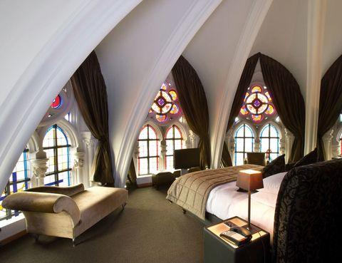 """<p>Una antigua iglesia da cobijo al hotel <a href=""""http://www.martinshotels.com"""" target=""""_blank"""">Martin's Patershof.</a> Estos sacros muros elevados en el siglo XIX en la localidad de Mechelen, entre Bruselas y Amberes, se han tornado en acogedores cuartos iluminados con coloristas vidrieras. Pasa la noche y desayuna desde 89 euros.&nbsp&#x3B;</p>"""