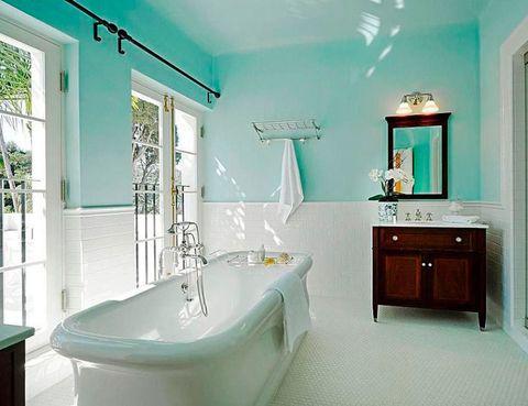 <p>Paredes pintadas de azul y muebles de madera oscura son las señas de identidad del baño donde se filmó la película Scarface, en una mansión de Santa Bárbara.</p>