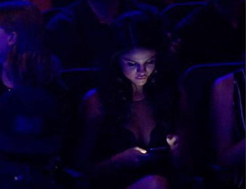 <p>Estaba con su teléfono, a la cantante no le importó mucho la actuación de Justin Bieber y así lo demostró, no soltó el móvil en toda la actuación</p>