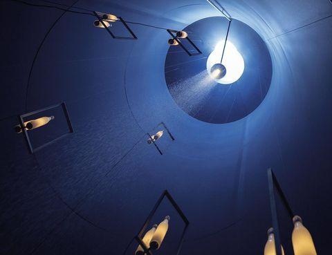 """<p>Una deslumbrante instalación """"Solis silos: alimentarse de luz"""" presenta Viabizzuno en Milán hasta el 31 de octubre por la Expo 2015. Son 7 silos de 10 m de altura, en los que varios elementos interactúan con la luz solar y la artificial. </p>"""