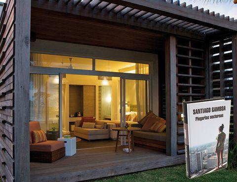 """<p> <strong>ISLA MAURICIO</strong><br /> <strong>Libro:</strong> Plegarias nocturnas, de Santiago Gamboa (Mondadori).<br /> <strong>Dónde:</strong> En el idílico hotel Long Beach, unos logdes vip de madera con saloncitos al aire libre. <a href=""""http://www.longbeachmauritius.com/"""" target=""""_blank"""">www.longbeachmauritius.com</a>. <br />«Nada como una lectura al atardecer en el sofá de este recóndito 'lodge' para relajarme tras un día de sol y playa».</p>"""