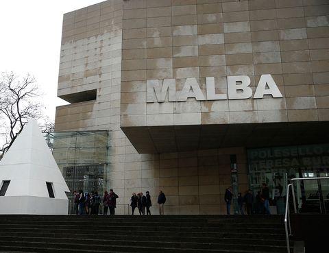 """<p>Enclavado en un imponente edificio en el centro de la ciudad porteña, el <a href=""""http://www.malba.org.ar/"""" target=""""_blank"""">MALBA </a>presenta una importante colección de arte contemporáneo desde principios del siglo XX hasta nuestros días. Resulta muy curioso ver obras procedentes de México, Argentina, países caribeños... lo que ofrece una perspectiva muy diferente del arte moderno al que estamos acostumbrado</p>"""