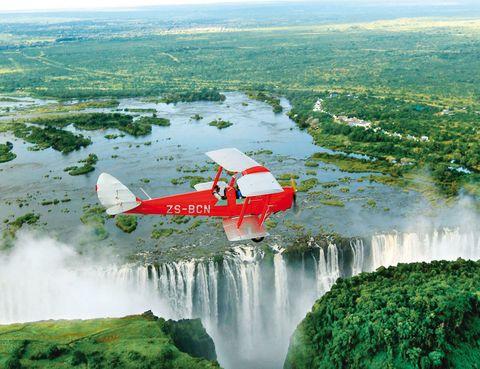 """<p>Acaba de cumplirse el bicentenario del nacimiento del explorador británico, que además de ser un médico audaz quedará siempre en al memoria por dar a conocer las cataratas Victoria, y por ser el protagonista de esta frase, que pronunció cuando le encontró en Zambia el expedicionario Henry Stanley. </p><p>Este país celebra el <a href=""""http://www.livingstone2013.com"""" target=""""_blank"""">aniversario</a> por todo lo alto, y el hotel Sun International propone la oferta&nbsp;<i>Dr Livingstone, supongo</i> (790 euros por persona). Son 4 noches, desayuno inglés y visita a Livingstone Island.</p><p>&nbsp;</p><p><strong><a href=""""http://www.suninternational.com"""" target=""""_blank"""">Royal Livingstone.</a></strong> T1. Livingstone (Zambia).&nbsp;Tél. 230 21 332 11 22.&nbsp;</p>"""