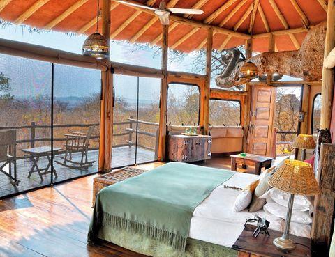 """<p>Vive por unas horas en una casa en los árboles del <a href=""""http://elewanacollection.com"""" target=""""_blank"""">Parque Nacional de Tarangire</a>, en Tanzania. Desde 635 euros tendrás todo incluido, también paseos nocturnos y safaris guiados. Gozarás con los baobabs centenarios, mientras observas desde tu habitación más de 500 especies ornitológicas y algunas manadas de elefantes.</p>"""