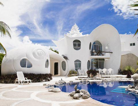 """<p> Diseñada por el arquitecto Eduardo Ocampo y su hermano artista, Octavio, ofrece unas estupendas vistas del Caribe y acceso directo a las playas más bonitas de Isla Mujeres. <strong>Desde 147 €/noche.</strong> <br />Más información, <a href=""""https://www.airbnb.co.uk/rooms/530250"""" target=""""_blank"""">aquí</a>.</p>"""