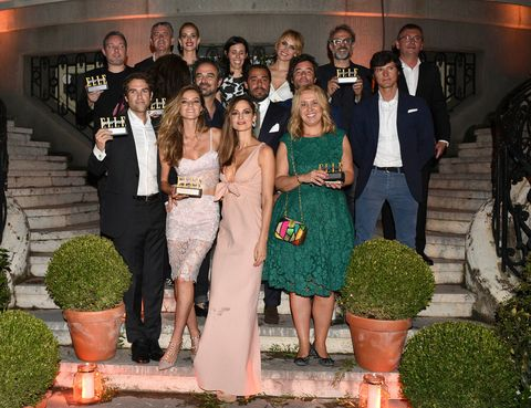<p>Todos los premiados, posando con sus galardones en la Embajada Italiana, decorada para la ocasión.</p>