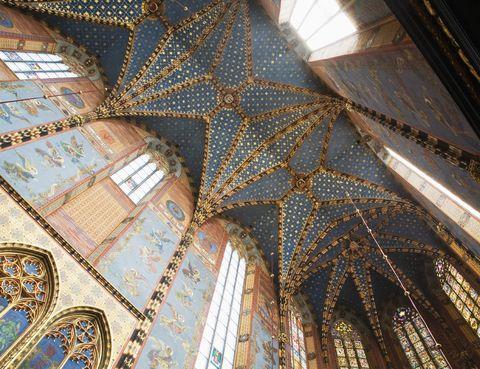 <p>La basílica de Santa María es una de las principales atracciones turísticas de la bella ciudad de Cracovia. Con unas bóvedas como éstas, no es de extrañar: su techo azul turquesa de estilo gótico es desde luego impresionante.</p>