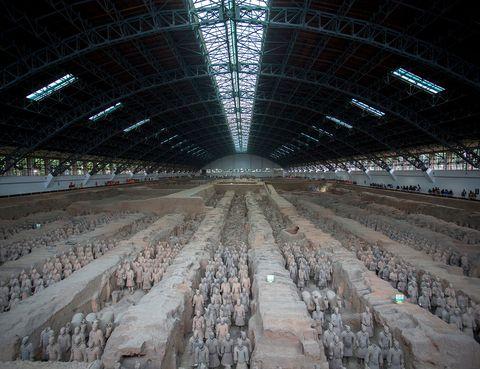<p>Dicen que entrar en el hangar donde se encuentran las filas y filas de los guerreros de terracota es una de las experiencias más impresionantes que pueda vivir un viajero. Más de 8.000 soldados, caballos, arqueros y carros desfilan, llenos de vida, en lo que en realidad es la tumba del emperador Qin, de 56 km cuadrados.</p>