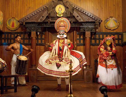 """<p>Las auténticas representaciones de kathakali, ancestral estilo de danza-teatro procedente del sur de <strong>India,</strong> se celebran en templos durante los festivales y duran toda una noche. Sin embargo, es posible asistir cualquier día del año a uno de estos espectáculos (simplificado, eso sí) en Kochi, ciudad de Kerala con una larga tradición en este arte tradicional. Si no lo has visto antes, te dejarán impresionado los asombrosos movimientos oculares de los actores –se entrenan durante años para dominar sus músculos faciales– o el complejo maquillaje –que les lleva varias horas y se aplican ellos mismos–. En Kerala <a href=""""http://%20www.kathakalicentre.com"""" target=""""_blank"""">Kathakali Centre</a> ofrece representaciones diarias (por 4 euros).</p><p>&nbsp;</p>"""