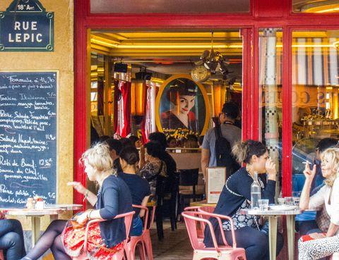 <p>Antes de 2001, el Café des 2 Moulins (Tel.&nbsp;+331 4254 90 50) –su nombre alude a los cercanos Moulin Rouge y Moulin de la Galette– era uno más en la oferta de Montmartre. Pero ese año cambió el futuro de esta brasserie situada en el nº 15 de la rue Lepic. Ya se habían rodado otras películas, pero fue Amélie, la cinta de Jean-Pierre Jeunet, la que convirtió el local en lugar de peregrinación para los amantes de esta entrañable historia. Te sorprenderá el tamaño –más grande que en el cine– y echarás en falta el estanco, que se cerró años después del estreno, pero puedes saborear un Crazy Amélie (vodka, naranja y frambuesa) mientras te haces la foto frente al póster del personaje y escudriñas la puerta, esperando que entre la mismísima Amélie.&nbsp;&nbsp;</p>