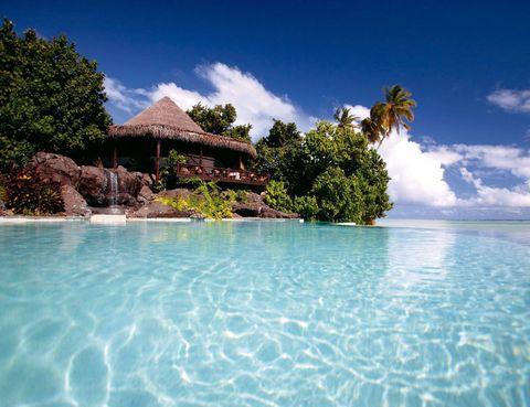 """<p>Asómate al Pacífico desde una de las villas de este <a href=""""http://www.pacificresort.com"""" target=""""_blank"""">resort</a> situado junto al lago Aitutaki. El complejo ha conquistado tres galardones de los prestigiosos World Travel Awards. Solo tiene una pega, pasar la noche no baja de 664 euros.</p>"""