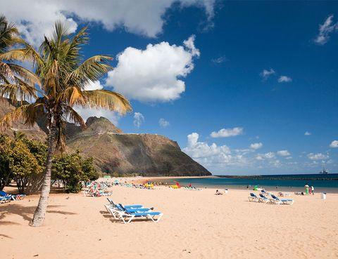 <p>Es la playa más popular de Tenerife y, aunque suele correr el viento de vez en cuando, sus aguas son tranquilas gracias al rompeolas que la protege de las corrientes y el oleaje. De fina arena dorada traída desde El Sáhara, con la que jugar durante horas en la orilla, y unas olas perfectas para poder jugar en el agua sin tener que estar preocupado. Además, tiene parque infantil y se pueden alquilar equipos para la práctica de deportes náuticos.</p>
