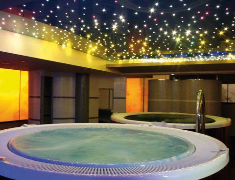 <p>El alojamiento maño te propone Night Spa (53 euros), una experiencia en pareja para disfrutar de alojamiento, botella de cava, minibar, cena, spa nocturno y desayuno. Tél. 900 90 05 14.</p>
