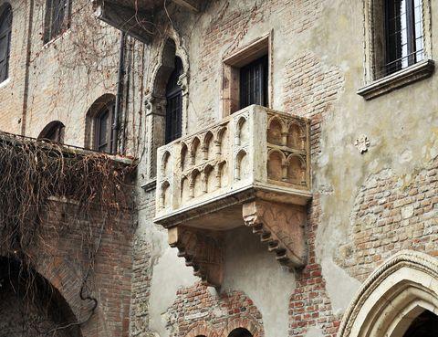 <p>Para románticos empedernidos o para los fieles seguidores de la obra de William Shakespeare<i> 'Romeo y Julieta'</i>, nada mejor que casarse en Verona en el balcón que inspiró la célebre historia de amor. Este balcón se ubica en la llamada Casa Di Giulietta, que en realidad fue el hogar familiar de los Capello, la familia que podría haber inspirado a los Capuletos. Pero todo tiene un precio, casarse en el lugar donde Romeo se declaró a Julieta cuesta unos 1.000 euros.</p>