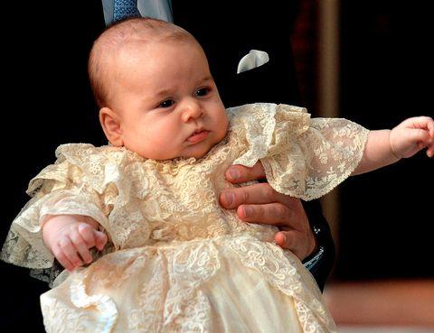 <p>Y encima era el protagonista. Con tres meses recién cumplidos, George recibió el bautismo con un traje de cristianar de encaje que era una réplica exacta del faldón familiar con 172 años historia.</p>