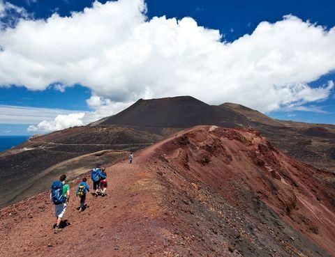 """<p>Aunque éste es uno de los caminos más concurridos de la isla, no te fíes: la concentración de senderistas se debe a la belleza del recorrido, no a su facilidad. La tercera etapa del GR-131 –conocida como Ruta de los Volcanes– es una caminata dura y reservada para viajeros experimentados, ya que recorre 24 km en poco más de 8 horas. </p><p>Si estás en forma, la marcha merece la pena ya que transcurre por las faldas del volcán Birigoyo, el cráter del Hoyo Negro, el Duraznero, Las Deseadas, El Martín y San Antonio. Como broche final verás el Teneguía, el último en erupcionar de España, en 1971. En&nbsp&#x3B;<a href=""""http://www.senderosdelapalma.com/"""" target=""""_blank"""">www.senderosdelapalma.com</a>. &nbsp&#x3B; &nbsp&#x3B;</p>"""