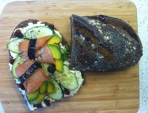 """<p>Otra deliciosa propuesta de <a href=""""http://www.lamagdalenadeproust.com"""" target=""""_self"""">La Magdalena de Proust</a> es este bocadillo de pan integral de higos y nueces con salmón salvaje, queso a las finas hierbas y alga nori. ¿Sus beneficios? <strong>Te aportará minerales como hierro y yodo, además de la proteína del pescado</strong>, de gran calidad y alto contenido en omega 3.&nbsp;</p><p>&nbsp;</p>"""