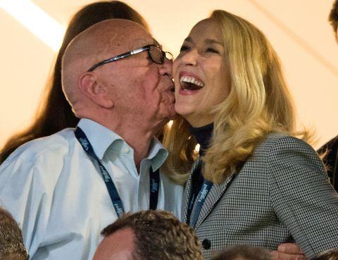 <p>La nueva relación entre Jerry Hall y Rupert Murdoch es cuanto menos sorprendente por la diferencia de edad: 25 años. <strong>La modelo tiene 59 años y el magnate australiano tiene 84.&nbsp;</strong></p><p>&nbsp;</p>