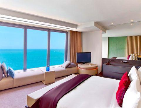 <p>Sus habitaciones vanguardistas ofrecen espectaculares vistas a la playa de la Barceloneta y a la ciudad, gracias a su estratégica ubicación.</p><p></p>