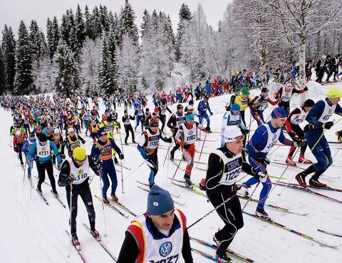"""<p>Si te gusta el esquí de fondo, aquí tienes una propuesta con pedigrí: la Vasaloppet, la carrera más antigua, multitudinaria y larga del mundo (90 kilómetros). Se viene celebrando (la última semana de febrero) desde 1922 en la región de Dalarna (<a href=""""http://www.visitsweden.com"""" target=""""_blank"""">Suecia</a>) para conmemorar la sublevación del país contra Dinamarca y cada año bate récord de participantes (ha llegado a superar los 60.000), entre ellos, la hermana de la princesa de Inglaterra, Pippa Middleton. Durante esos días, se organizan otras carreras de menor distancia.</p>"""