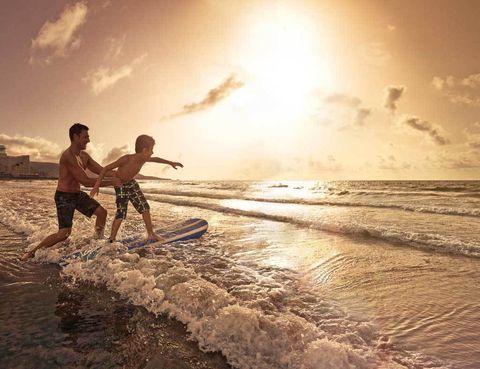 """<p>La bahía ofrece este punto de encuentro para locales y turistas. Las Canteras está considera como una de las mejores playas urbanas de España, y podemos certificar que tiene uno de los más bellos atardeceres. Está protegida del oleaje y sus mareas cambiantes obsequian con muchas alternativas deportivas, aunque es especialmente buena para nadar, realizar paddle surf o caminar.Este arenal, arropado por un bullicioso paseo marítimo, está ocupado por bañistas en cualquier época del año y también es frecuente ver esculturas de arena mastodónticas. Para observar estas fantásticas obras efímeras tendrás que visitar la ciudad en Navidad y ver el <a href=""""http://www.belendearena.es"""" target=""""_blank"""">Belén de Arena,</a> que cada año alzan artistas internacionales en la zona de La Puntilla.• Lugar: <a href=""""http://www.lpavisit.com"""" target=""""_blank"""">Playa de Las Canteras.</a></p><p></p>"""