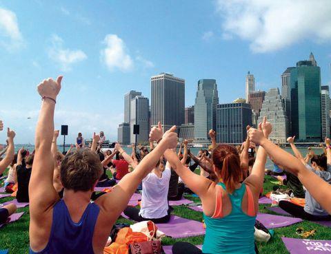 """<p>¿Te imaginas poder practicar asanas con la vista puesta en Wall Street? Pues sí, puedes mejorar tus posturas de yoga en las sesiones gratuitas que se organizan cada sábado en el Parque Dumbo, y son instruidas por dos expertas en la materia: Elena Brower y Aarona Pichinson. No te cortes, llévate una toalla y forma parte de la multitud que celebra el día con un alegre y revitalizante sesión. En esta zona verde, los neoyorquinos cargan las pilas con clases al aire libre de pilates, zumba o fitnnes. También es apto para dedicarte a otras disciplinas como vóleibol, ciclismo, fútbol o realizar largas caminatas.</p><p>• Lugar: <a href=""""http://www.brooklynbridgepark.org"""" target=""""_blank"""">Brookyn Bridge Park</a> (Pier 1. Piers 3-4).</p><p>• Fecha: Todo el año.</p>"""