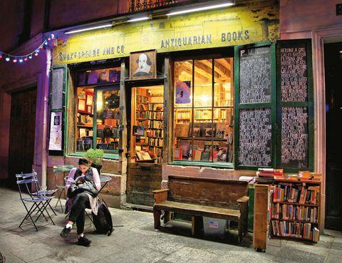 """<p>Desde su inauguración, en 1919, <a href=""""http://www.shakespeareandcompany.com"""" target=""""_blank"""">Shakespeare and Company,</a> una librería especializada en literatura angloamericana, apostó por la independencia. Sus clientes -entre los que estaban Hemingway, Scott Fitzgerald y otros autores de la <i>Generación Perdida</i>- venía aquí para encontar libros prohibidos en EE.UU. o Inglaterra, como <i>El amante de Lady Chaterley,</i> de Lawrence, o <i>Ulises,</i> de James Joyce.</p><p>Tras su cierre, en 1941 (se cuenta que la propietaria, Sylvia Beach, fue castigada por negarse a vender un libro a un oficial alemán), un norteamericano, George Whitman, abrió otra librería con idéntico espíritu.&nbsp;</p><p>La actual Shakespeare and Company es ya un clásico de la escena turística parisina, incluso Woody Allen la inmortalizó en una de sus películas, <i>Midnight in París.</i> Su ubicación, junto al Sena y Notre Dame, la han convertido en visita obligada para paseantes pero, sobre todo para los amantes de las librerías de siempre, con estantes abarrotados y caóticos. Una curiosidad: en el primer piso los mochileros pueden dormir a cambio de horas de trabajo. &nbsp;</p>"""