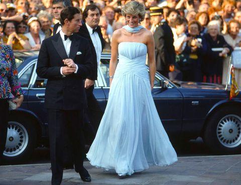 <p>La adorable Diana creo un momento icónico cuando piso la alfombra roja con este vestido azul de Catherine Walker.En 2011 este diseño se vendió en una subasta por 81.000 libras.</p>