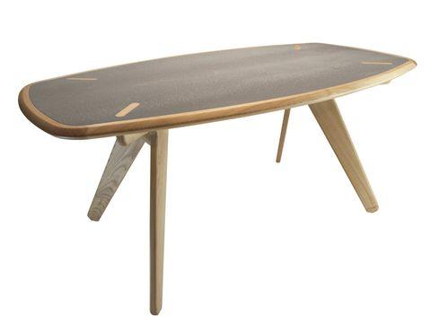 <p>La mesa <i>Cret-cret</i> con sobres intercambiables de distintos materiales y patas que no estorban al sentarse. </p>