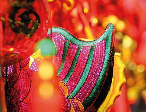 <p>La Danza del Dragón pone una de las notas de color al año nuevo chino –en 2016 empieza el del mono–, una celebración que es toda una fiesta en chinatown bonaerense, dentro del barrio de Belgrano.</p><p>Participa de este día probando platos orientales en alguno de los cientos de puestos de comida que llenan las calles. Podrás practicar la ceremonia del té, hacer un taller de artes marciales, disfrutar de música y danza o quedarte extasiado con la sinuosidad de la caligrafía china.</p><p>Y no te vayas sin fotografiarte junto a puerta de acceso al barrio, traída de la misma China.</p><p>• Fecha: 8 de febrero.</p><p>• Lugar: Barrio chino (Belgrano).</p>