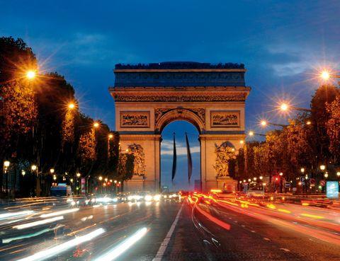 """<p>El paseo más refinado, elegante e imprescindible de la<a href=""""/edicion/gallery/620571/es.parisinfo.com"""" target=""""_blank""""> capital del Sena</a> es la avenida de los Campos Elíseos, la arteria más importante de París, que conecta el Arco del Triunfo con la plaza de la Concordia.</p><p>Su nombre, que procede de la mitología griega y designa el paraíso de los héroes, en el siglo XXI te traslada directo al corazón de la ciudad. En estos casi 2 km del noroeste parisino encontrarás tiendas exclusivas, locales de espectáculos como el Lido, restaurantes como Fouquet's, museos, jardines, palacios, miles de turistas y, según la época del año, el desfile de la fiesta nacional francesa, la iluminación navideña –aquí se recibe el Año Nuevo– o la llegada del Tour de Francia.</p>"""