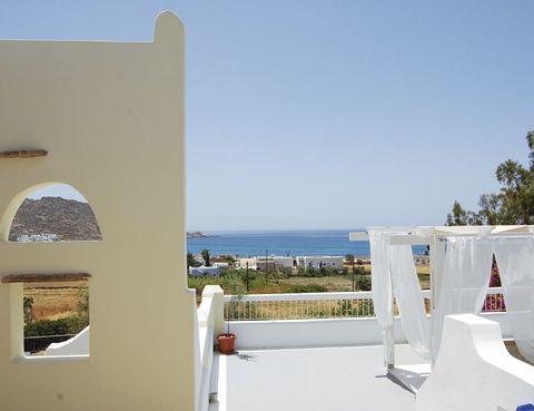 """<p>El sol será tu compañero durante tu estancia en este hotel de la isla griega de Ios, a la que puedes desplazarte en un <a href=""""http://www.ferriesingreece.com"""" target=""""_blank"""">transbordador</a> desde el puerto de Atenas, a partir de 35 euros. Los balcones de esta construcción totalmente encalada se asoman a la playa de Mylopotas, a tan solo 150 metros, y en el Roof Garden disfrutarás de una copa relajante mientras observas la luna sentado en sus muebles reciclados. Las estancias (desde 40 euros) tienen una parca decoración, porque aquí lo importantes es vivir la experiencia la aire libre.</p><p><a href=""""http://www.marcoshotels.gr"""" target=""""_blank"""">Marcos Beach Hotel.</a> Playa Mylopotas, s/n. Ios. Grecia. Tél. 30 22 86 09 15 71. </p>"""