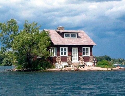 """<p>Esta diminuta isla, convenientemente bautizada como Just Room Enough (algo así como &quot&#x3B;Una habitación es suficiente&quot&#x3B;), sólo tiene espacio para una casa. Los amigos que quieran venir a verte, tendrán que hacerlo en barca.<br /><a href=""""http://www.elledecor.com/life-culture/news/a7495/minnesota-private-island-for-sale/"""" target=""""_blank"""">Si quieres ver otra isla privada en venta, pincha aquí.</a></p>"""