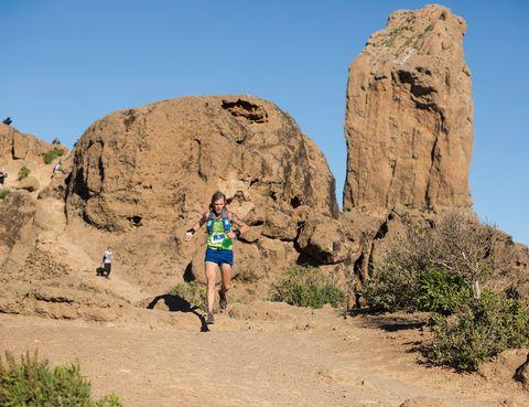 """<p>Una carrera pionera por sus características: los atletas deben atravesar la isla a pie. Presenta cinco modalidades; la más asequible es de 17 kilómetros (unas seis horas) y la más dura, de 125 kilómetros y se dispone de treinta horas para completarla. Es decir: los corredores deberán dormir por el camino y llegar a meta al día siguiente. El reto que entraña y la posibilidad de correr en contacto directo con la naturaleza son sus grandes bazas. Actualmente la <a href=""""http://www.transgrancanaria.net"""" target=""""_blank"""">Transgrancanaria</a> es la única carrera de montaña de larga distancia española dentro del circuito Ultra Trail World Tour. Se celebrará los días 6, 7 y 8 de marzo.</p>"""