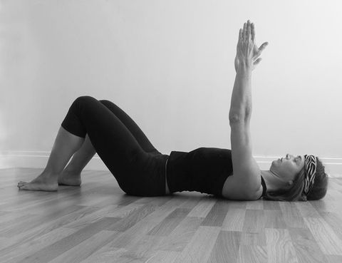 """<p><i>¿Puede afectar trabajar de una forma u otra a la musculatura abdominal o suelo pélvico?</i>Según Sonia Campra<strong>""""un alto porcentaje de mujeres padece debilidad de la musculatura del suelo pélvico""""</strong>. """"Un detalle no se puede pasar por alto a la hora de diseñar un programa de entrenamiento, porque<strong>hay ejercicios que pueden hacer progresar negativamente esa debilidad""""</strong>, dice. """"Pilates+Expansión cuida en todo momento el tipo de trabajo para entrenar la musculatura pélvica y abdominal respetando su naturaleza, su fisiología. De este simple detalle puede depender que el entrenamiento te produzca resultados o no"""", añade.</p><p></p>"""