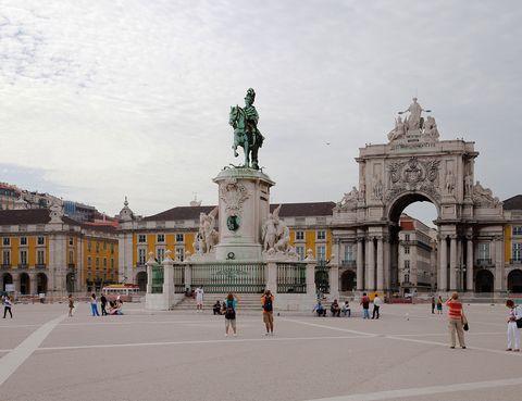 <p>Correr, jugar a la pelota, tomar el solecito en las escaleras de la estatua ecuestre de Don José I, asomarse al estuario del Tajo para disfrutar de su bello atardecer.... Todo es posible en esta enorme y preciosa plaza, una de las más bonitas de Europa. Puedes contarle a tus hijos que, cuando inauguraron la estatua por su cumpleaños en 1775, el rey se quedó discretamente tras una ventana del edificio de Aduanas mientras todo el pueblo de Lisboa era convidado a un banquete pantagruélico en la plaza.</p>